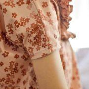 "Tissu jersey coton motif fleurs ""Mini Flowers Peach"" - Marron - Oeko-Tex ® Family Fabrics ® - 5"